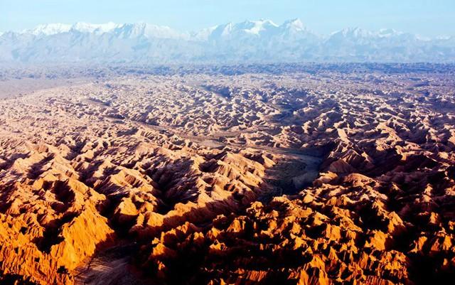 9. Hẻm Wensu Grand, Ôn Túc (Trung Quốc) là nơi có cảnh quan kỳ lạ với những tảng đá có màu sắc giống như cảnh quan trên sao Hỏa, được hình thành sau hàng triệu năm phong hóa bởi gió và mưa.