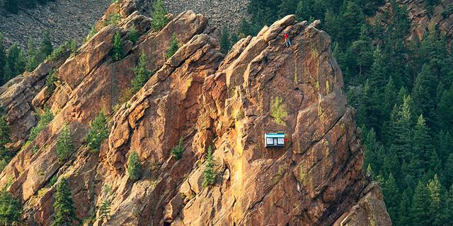 Cửa hàng cheo leo trên vách núi đá cao gần 100m - Ảnh 2.