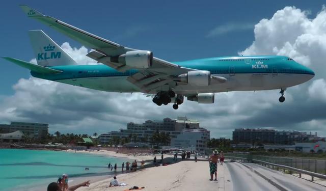 Nữ du khách thiệt mạng vì đứng gần máy bay cất cánh - Ảnh 1.