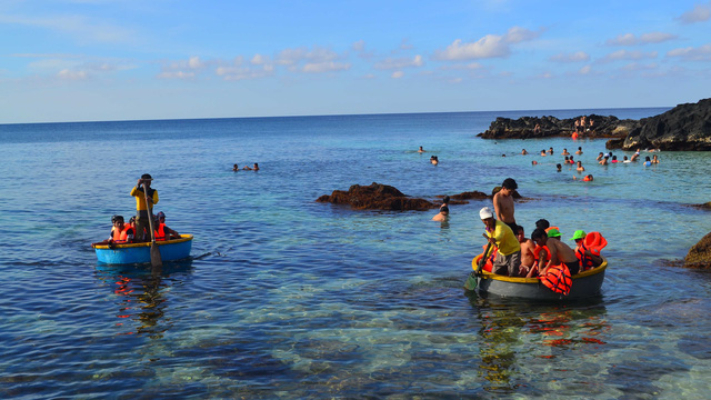 15 gia đình già, trẻ, lớn, bé đều làm du lịch ở đảo Bé