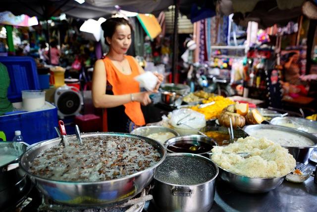 Ở Sài Gòn, ăn cá khô Campuchia, sầu riêng Thái Lan - Ảnh 1.