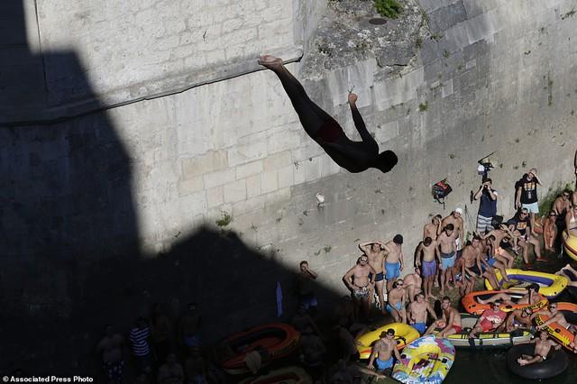 Đi chơi ở Bosnia, xem thi nhảy ngoạn mục - Ảnh 4.