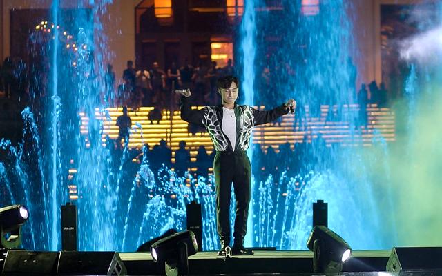The Grand Hồ Tràm Strip khai trương Đài nhạc nước rực rỡ sắc màu - Ảnh 1.