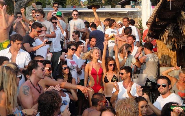 Croatia phạt tiền du khách ăn, uống và ngủ nơi công cộng - Ảnh 1.
