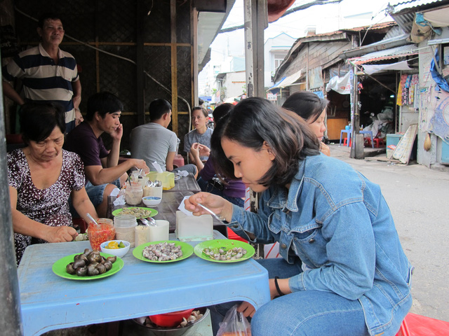 Ăn ốc đồng giá 20.000 đồng ở Sài Gòn: tưởng rẻ mà đâu có rẻ - Ảnh 1.