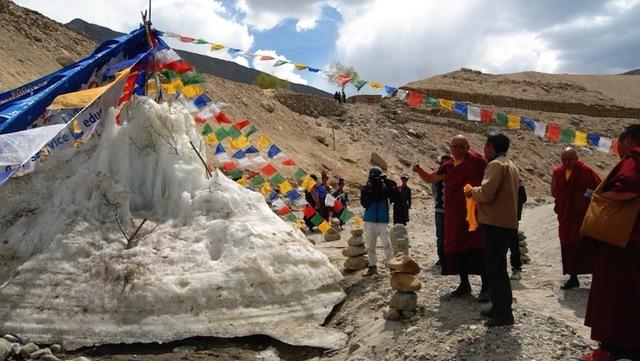Tháp băng nhân tạo cấp nước sạch trên đỉnh Himalayas - Ảnh 1.