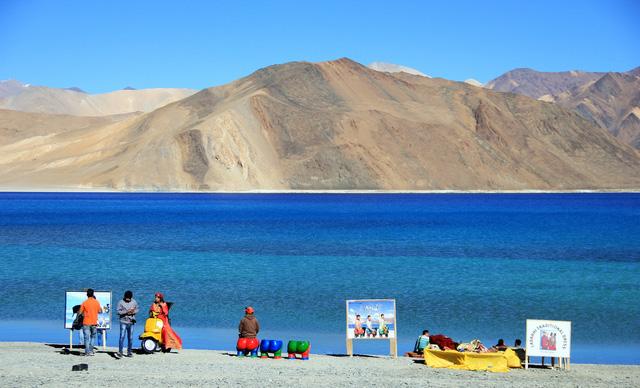 Lặng người với màu xanh huyền ảo ở hồ Pangong - Ảnh 2.
