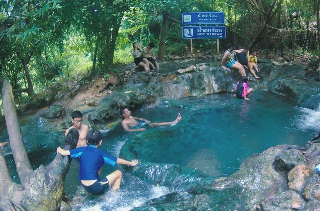 Đắm mình nơi hồ nước thần tiên ở Khlong Thom - Ảnh 3.