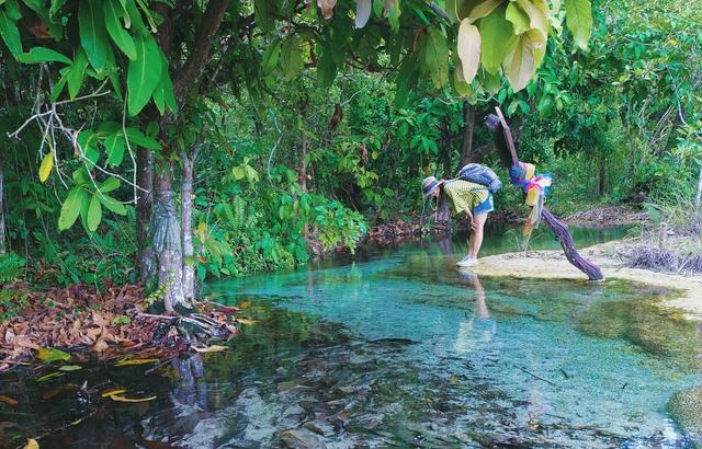 Đắm mình nơi hồ nước thần tiên ở Khlong Thom - Ảnh 5.