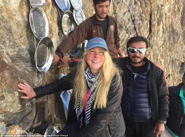 Người phụ nữ 52 tuổi đạt kỷ lục leo 7 đỉnh núi cao nhất thế giới - Ảnh 9.