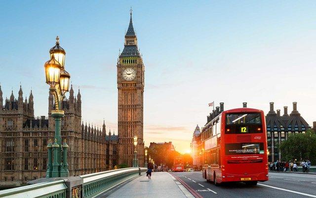 London bớt đắt đỏ, du khách đổ xô đi mua sắm - Ảnh 1.