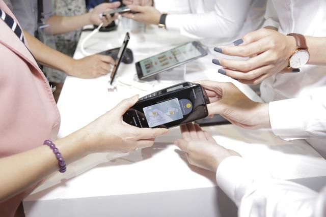 Chạm smartphone thay cho quẹt thẻ - Ảnh 5.