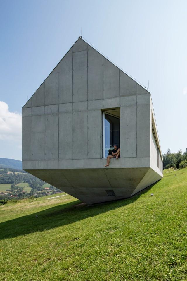 Nhà nằm nghiêng trên đồi kiểu 'nổi loạn' ở Ba Lan - Ảnh 2.