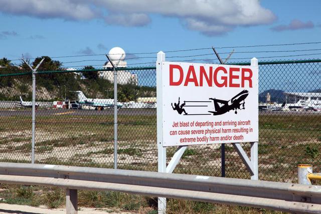 Nữ du khách thiệt mạng vì đứng gần máy bay cất cánh - Ảnh 4.