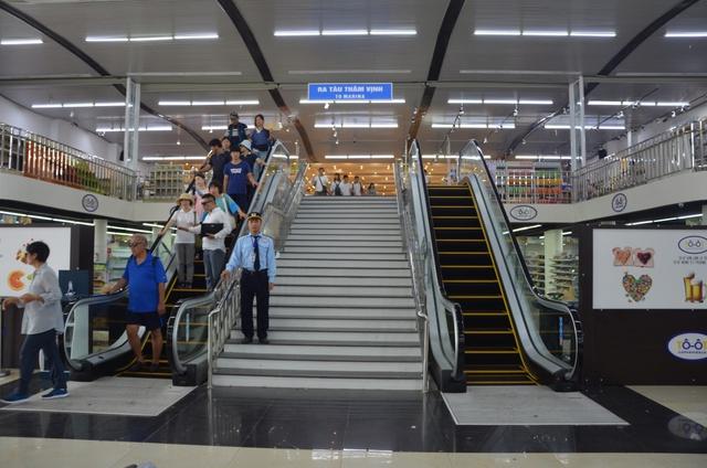 Khá đông khách du lịch chọn lối đi mới tại cảng Tuần Châu - Ảnh 1.