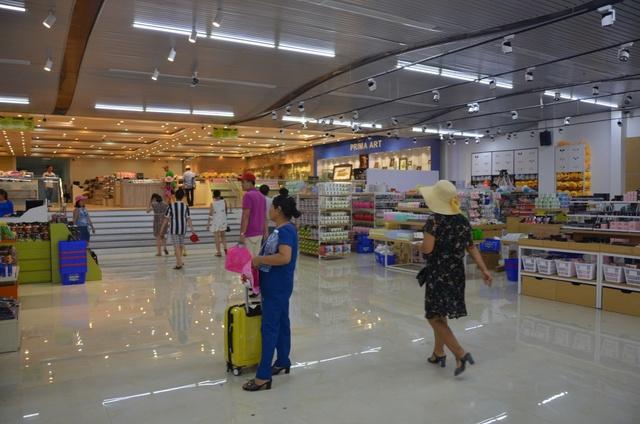 Khá đông khách du lịch chọn lối đi mới tại cảng Tuần Châu - Ảnh 2.