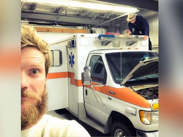Chàng trai bị từ hôn, đi ngao du thiên hạ trên xe cứu thương - Ảnh 1.