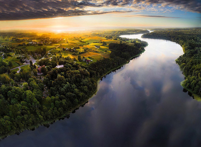 Ngắm vẻ đẹp như tranh vẽ của Litva từ flycam - Ảnh 1.