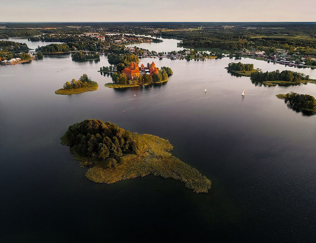 Ngắm vẻ đẹp như tranh vẽ của Litva từ flycam - Ảnh 2.
