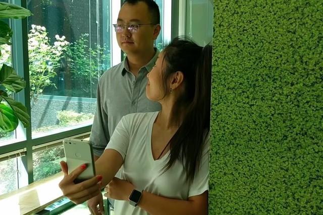 Google AI nhận biết được người lạ đang nhìn vào điện thoại bạn - Ảnh 1.