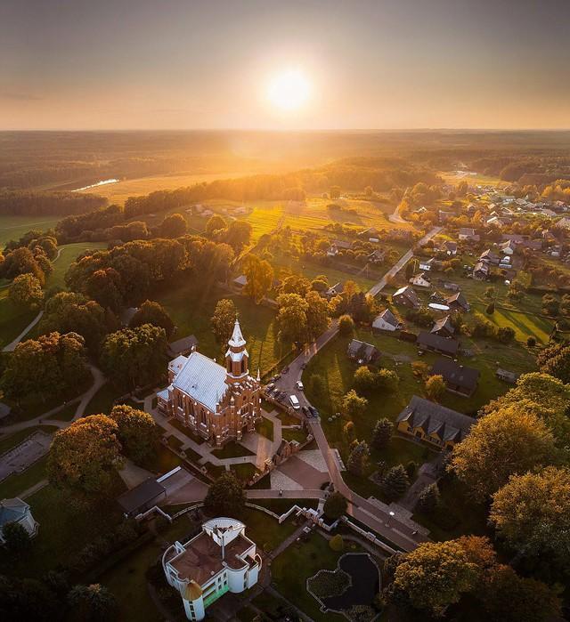 Ngắm vẻ đẹp như tranh vẽ của Litva từ flycam - Ảnh 3.