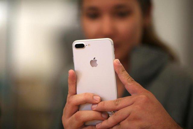 Lỗ 'bí mật' cạnh camera trên điện thoại iPhone là gì? - Ảnh 1.