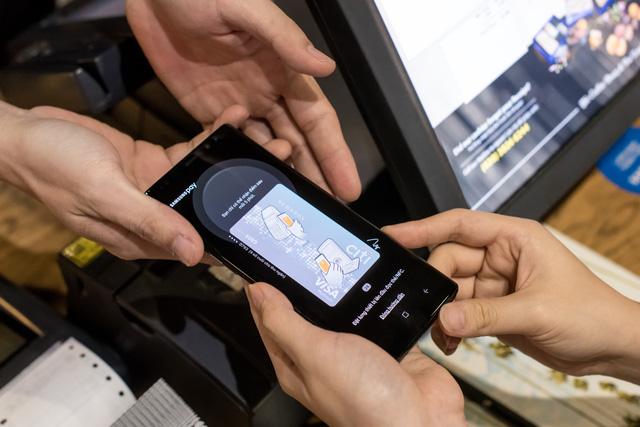 Chạm smartphone thay cho quẹt thẻ - Ảnh 1.