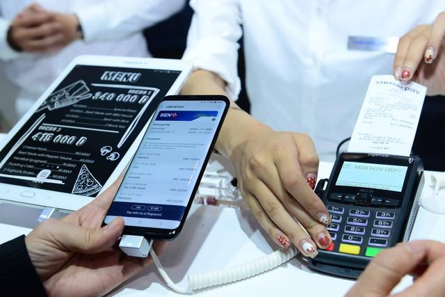 Người Việt đã có thể dùng điện thoại thay thẻ ATM - Ảnh 1.