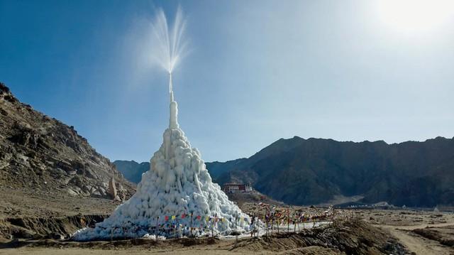 Tháp băng nhân tạo cấp nước sạch trên đỉnh Himalayas - Ảnh 2.