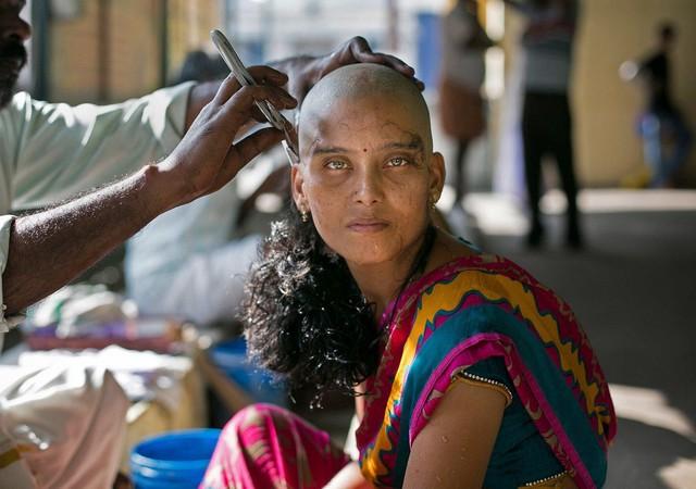 Người nghèo bán tóc kiếm cơm, người giàu làm điệu từ tóc giả - Ảnh 1.