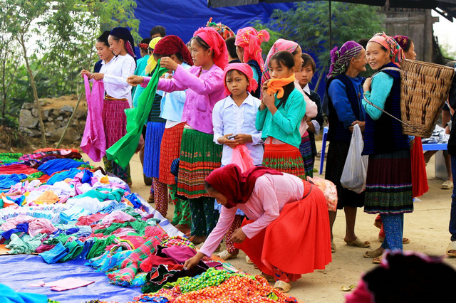 Du ngoạn Hà Giang, ngắm đồng bào đi chợ vùng cao - Ảnh 1.