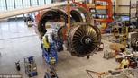 Clip động cơ Roll-Royce được lắp vào cánh máy bay ngoạn mục