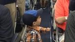 Cậu bé 2 tuổi gây sốt vì 'cụng tay' như người nổi tiếng