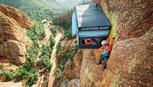 Cửa hàng cheo leo trên vách núi đá cao gần 100m