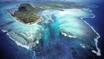 Kỳ ảo thác nước chảy dưới biển sâu Mauritius