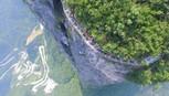Nghẹt thở qua cầu đáy kính Trung Quốc cheo leo vách núi