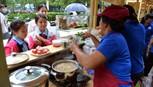 Phố ẩm thực Bách Tùng Diệp cóghế, dù che phục vụ khách