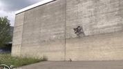 Robot đi trên tường không cần chân dính
