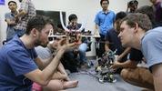 """""""Chào"""" sinh viên Úc với màn trình diễn robot"""