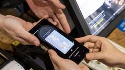 Chạm smartphone thay cho quẹt thẻ