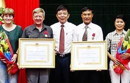 Ông Hồ Khanh vàông Howard Limbert nhận Huân chương Lao động