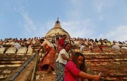 Myanmar cấm leo trèo lên chùa cổ