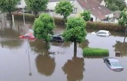 Châu Âu mưa lũ, xe hơi trôi lềnh bềnh trên phố