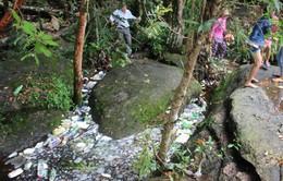 Suối Đá Bàn ngập rác