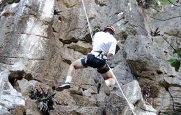 Khai thác leo núi ở khu danh thắng Ngũ Hành Sơn