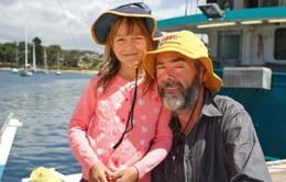 Lênh đênh một tháng trên biển, hai cha con thoát chết