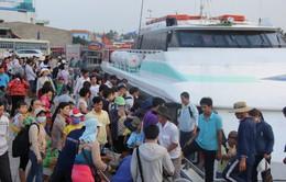 Mùng 4 Tết tăng cường 14 chuyến tàu đưa khách ra đảo Lý Sơn