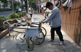 Học cách chống xe máy leo vỉa hè đầy hiệu quả của người Thái