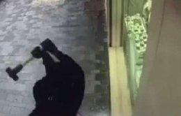Tên cướp đập cửa kính lấy nhẫn kim cương trong 7 giây