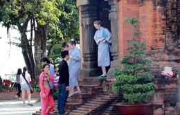 Du khách 'mát mẻ' thăm tháp bà Ponagar được mượn áo dài